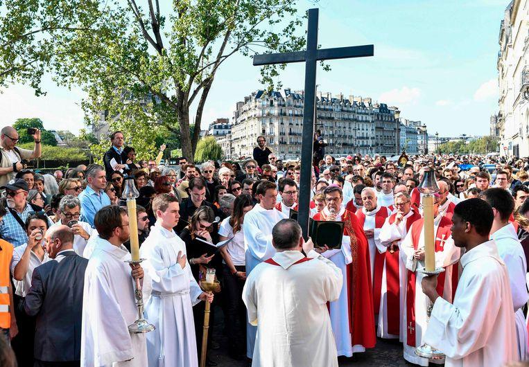 Aartsbisschop Michel Aupetit leidt de kruisweg bij de Notre-Dame in Parijs.  Beeld AFP