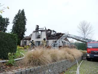 Rieten dak vat vuur: brandweer moet hele dak verwijderen