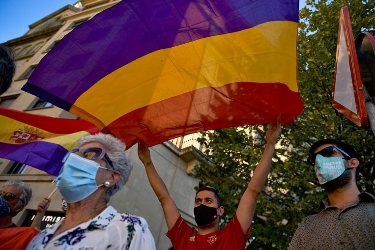 A resident waves Spanish Republican flag against Spain's former monarch, Juan Carlos, in Pamplona, northern Spain, Wednesday, Aug. 5, 2020. Speculation over the whereabouts of former monarch Juan Carlos is gripping Spain, after he announced he was leaving the country for an unspecified destination amid a growing financial scandal. (AP Photo/Alvaro Barrientos) Beeld AP
