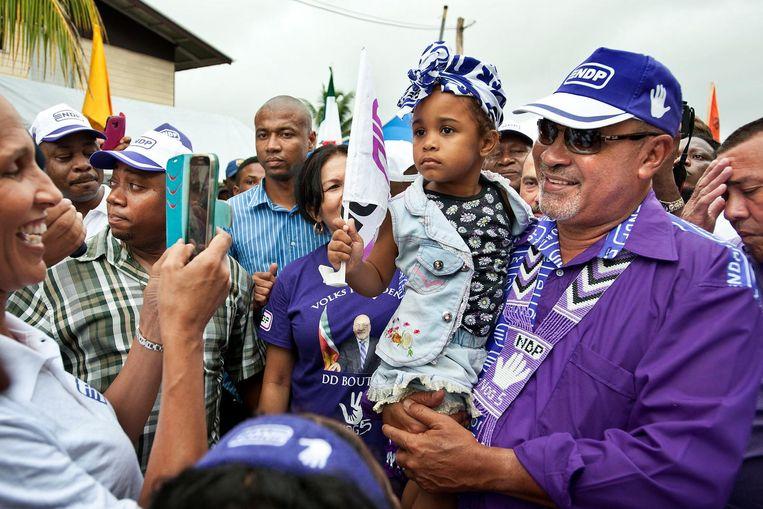 Bouterse laat zich van zijn beste kant zien in de wijk Clevia in Paramaribo. Beeld Guus Dubbelman/De Volkskrant