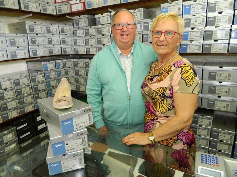 Lucien Verschuere (73) met zijn vrouw Christiane (70), achter de toonbank van Shoe Verschuere.