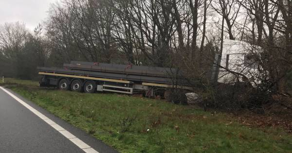 Rijstrook dicht op A50 bij knooppunt Grijsoord na ongeluk met vrachtwagen.