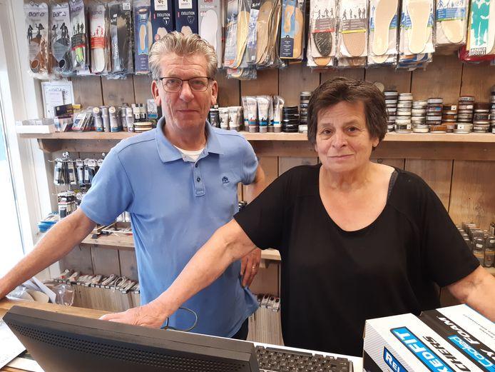 Frans en Petra Meeuwis achter de toonbank van hun schoenwinkel aan de Oisterwijkse Kerkstraat