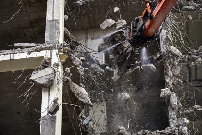 Voor de kerst ligt de hoogbouw helemaal plat en worden nog grote bonken beton tot gruis vermalen.
