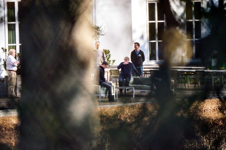 Tijdens het Catshuisberaad over de coronacrisis gingen RIVM-baas Jaap van Dissel (links), minister Martin van Rijn voor Medische Zorg en premier Mark Rutte zondag ook even de tuin in.  Beeld ANP/Phil Nijhuis