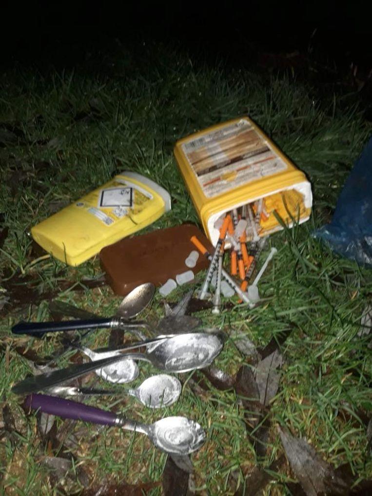 De gebruikssporen van drugs werden aangetroffen op een landweg.
