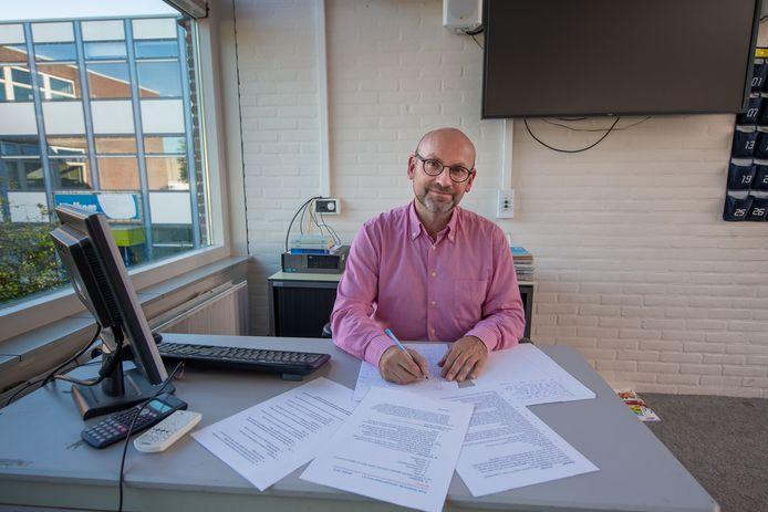 John Töpfer aan het werk als docent Nederlands aan het Vechtdal College in Hardenberg.