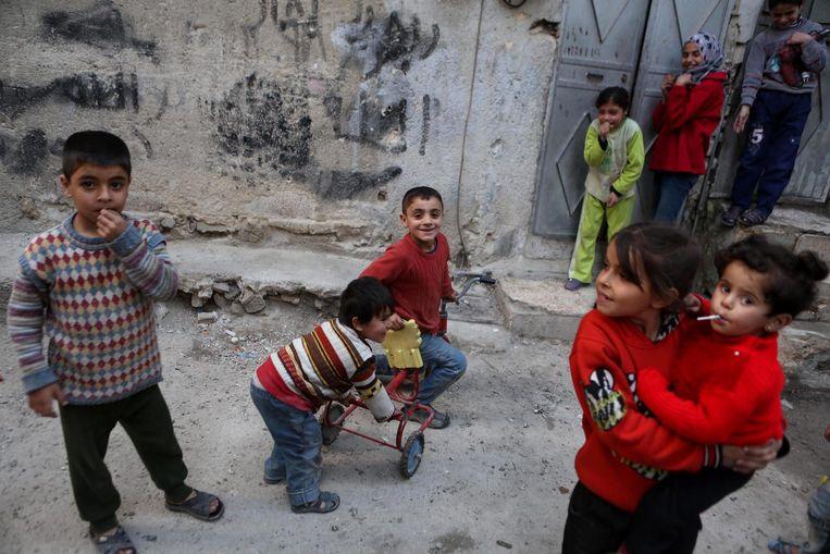 Kinderen spelen in de wijk Tishreen, 2016. Beeld EPA