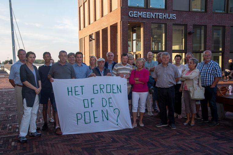 Bewoners van de wijk Blauwe Paal en omliggende straten zijn niet akkoord met de plannen van de gemeente om het voetbalveld te verkavelen. Ze zakten donderdagavond massaal af naar de gemeenteraad.