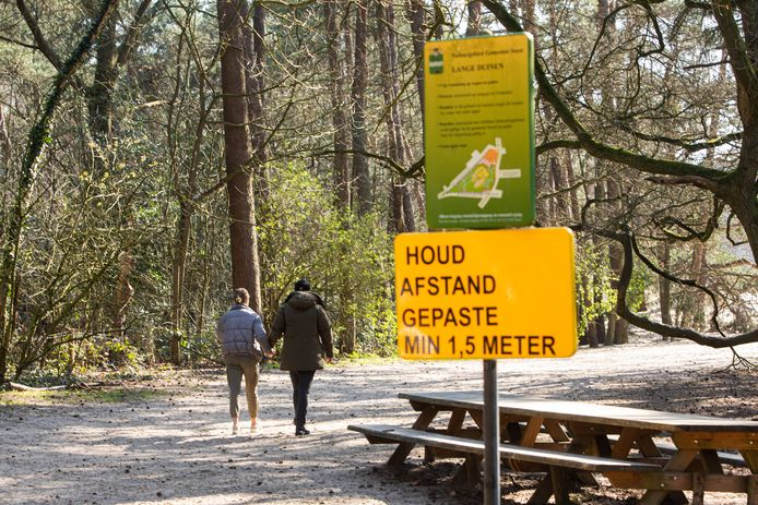 De gemeente Soest zette dit voorjaar bij de Soesterduinen borden neer met het dringende verzoek 1.5 meter afstand van elkaar houden. Ook afgelopen weekend, tijdens de 'tweede lockdown' was het druk in de bossen in de regio Utrecht.