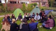 Jongeren kamperen in binnenstad