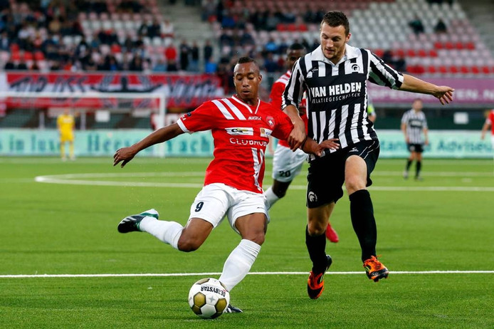 Steven Edwards (r) in duel met Jorzolino Falkenstein van FC Oss. Archieffoto Edwin van Zandvoort