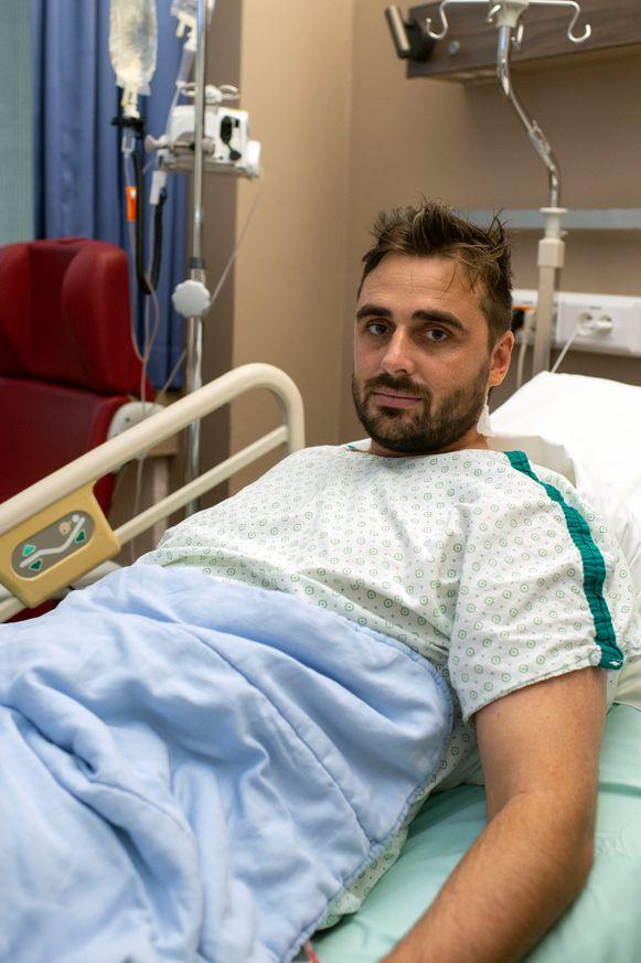 Frederik (32) moet nog minstens tot maandag in het ziekenhuis blijven na een spoedoperatie en drie dagen intensieve zorg.
