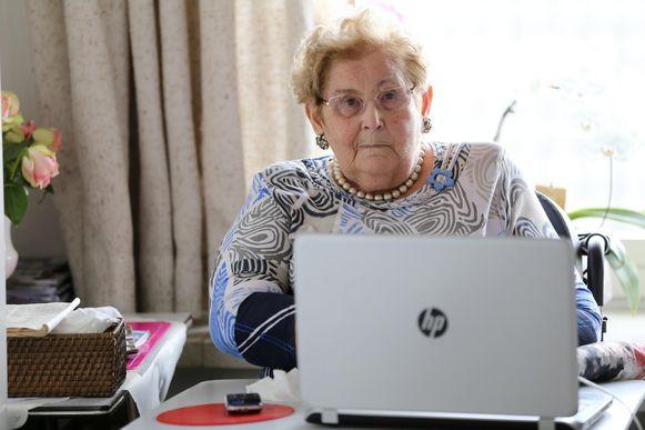 """Antoinette Vandenbussche (83) sprak haar dochter via Skype. """"Maar in het echt is toch beter"""", vindt ze."""