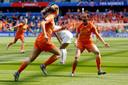 Aangever Merel van Dongen (r) viert de 1-0 tegen Nieuw-Zeeland met doelpuntenmaker Jill Roord.