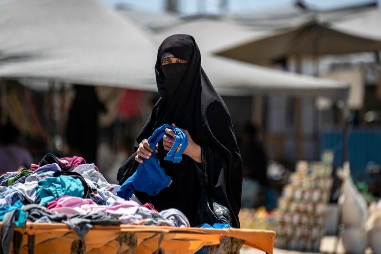 Een vrouw in het kamp in Al Hol in Syrië. Beeld AFP