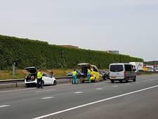 Auto tegen vangrail op A28, 1 gewonde