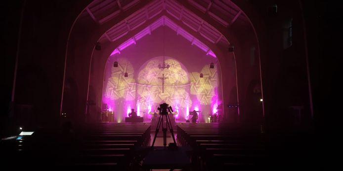 Beeld van het omstreden optreden dat begin juni in de Christus Koningkerk in Lievelde werd gehouden. Er was een concert met een dj en een band en er werd bier gedronken.