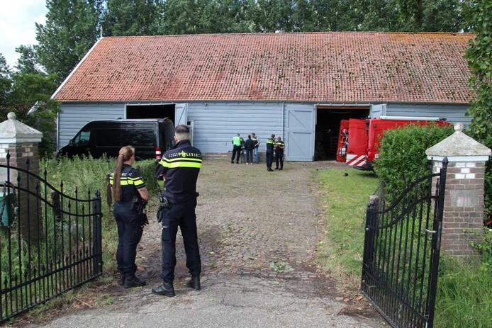 De schuur aan de Molenweg waar in juni een groot drugslab werd aangetroffen.