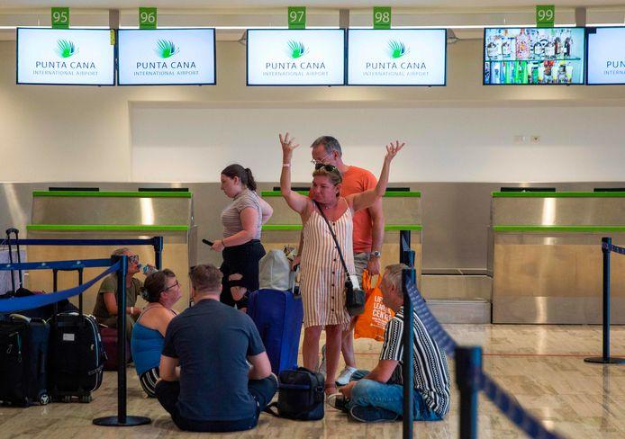Een groepje gestrande reizigers van Thomas Cook op de luchthaven van Punta Cana in de Dominicaanse Republiek. Foto ter illustratie.