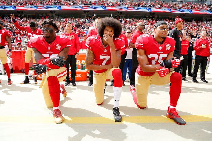 Roger Goodell avait déjà été critiqué pour sa gestion du mouvement de contestation lancé par l'ancienne star des San Francisco 49ers Colin Kaepernick (au centre), le premier à avoir posé son genou à terre pendant l'hymne national en 2016 pour protester contre les violences policières faites aux Noirs.