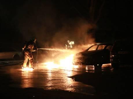 Twee geparkeerde auto's in vlammen op gegaan in Willem Dreespark