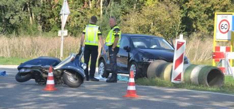 Auto botst op afslaande scooter, twee gewonden