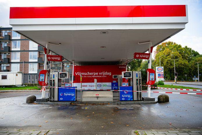 Grote schade aan een Esso tankstation aan de Tobias Asserlaan, nadat een nog onbekend voertuig het gebouw ramde.