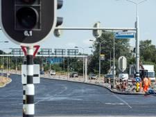 Wegwerkers bikkelen door op loeiheet asfalt, ook als het volgende week nóg heter wordt