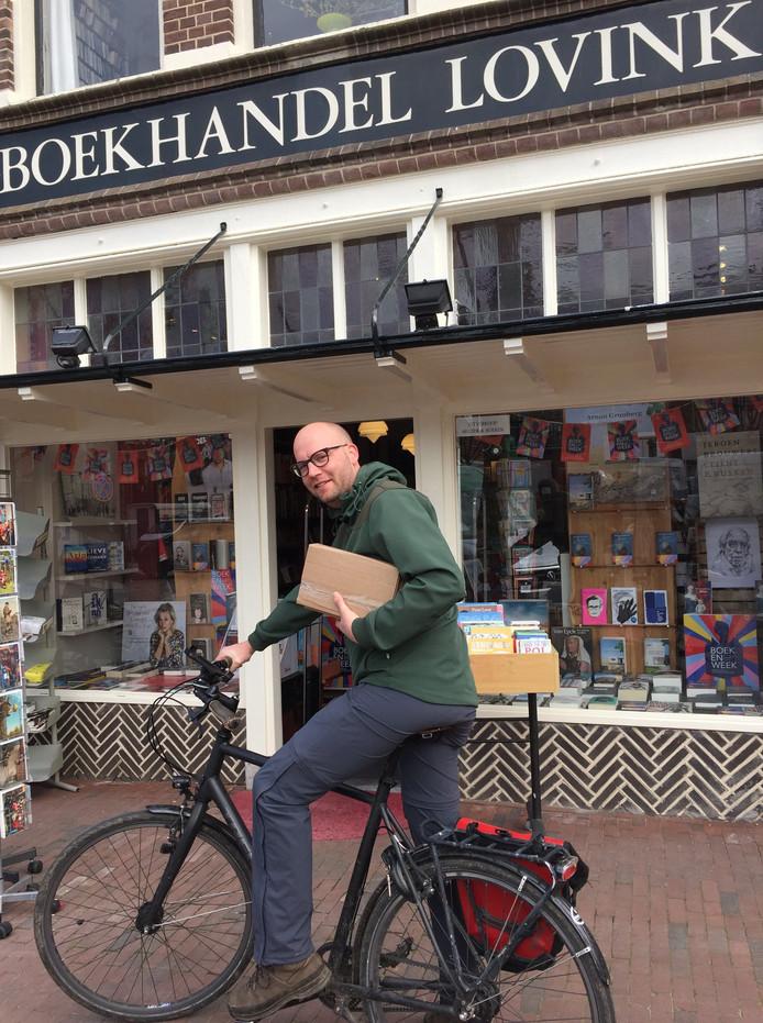 Erwin Beumer fietst voor de thuiszittende boekenwurm.