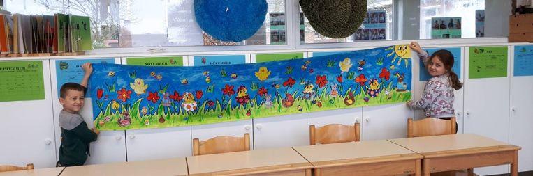 Onder meer deze twee leerlingen van Kadrie maakten een kunstwerk voor de bewoners van het woonzorgcentrum.