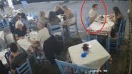 Beelden tonen hoe toerist op Grieks terras begint te stikken en gered wordt door alerte uitbater