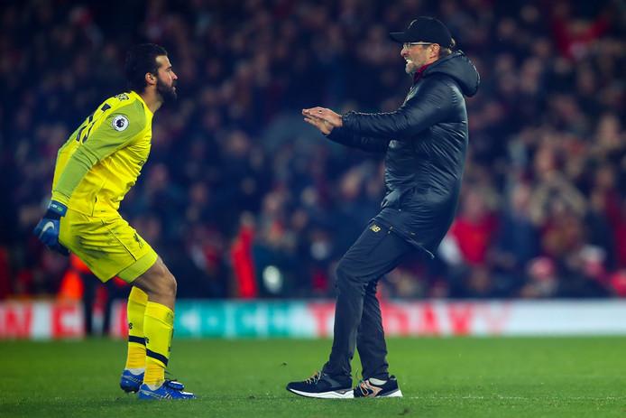 Terwijl de wedstrijd tegen Everton nog bezig is, is Liverpool-trainer Jürgen Klopp het veld ingerend om de late 1-0 van zijn ploeg te vieren met doelman Alisson Becker.