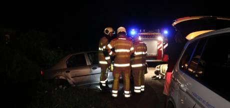 Beschonken bestuurder vergist zich met bruggetje: auto bijna te water
