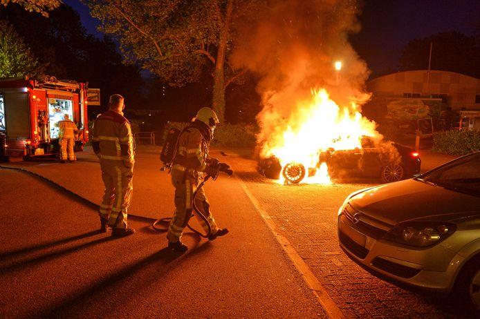 In Apeldoorn bijvoorbeeld brandde een peperdure Mercedes E200 volledig uit. Nieuwwaarde: 85.000 euro.