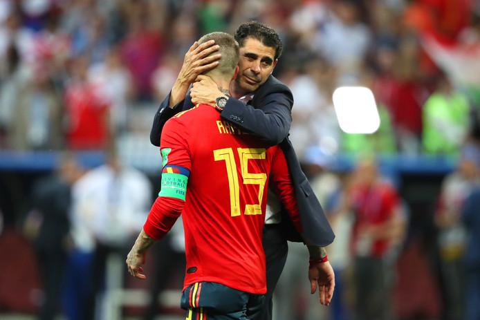 Sergio Ramos krijgt een knuffel van Fernando Hierro.