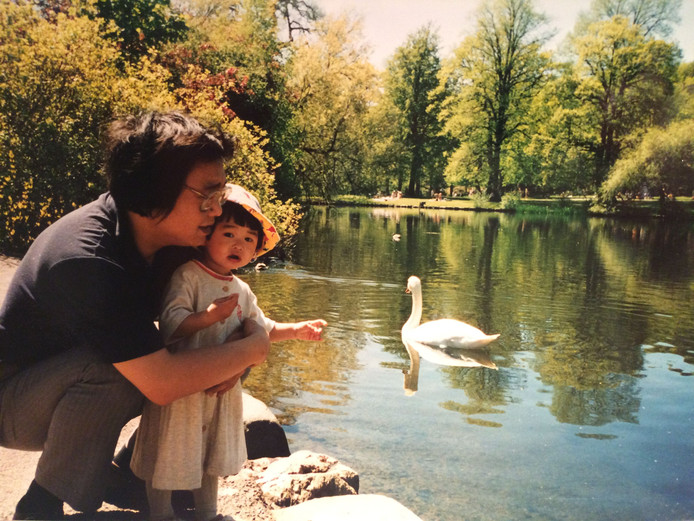 Een foto van de Chinese Gui Minhai met zijn dochter Angela Gui toen ze nog klein was.