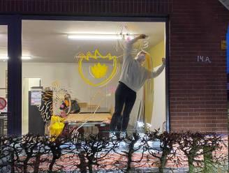 Emma maakt raamtekeningen om bewoners van woonzorgcentrum een kerstfeest te geven
