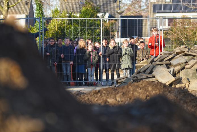 De kinderen van groep 4 van de Duizendpoot houden de verbouwing van hun school goed in de gaten.