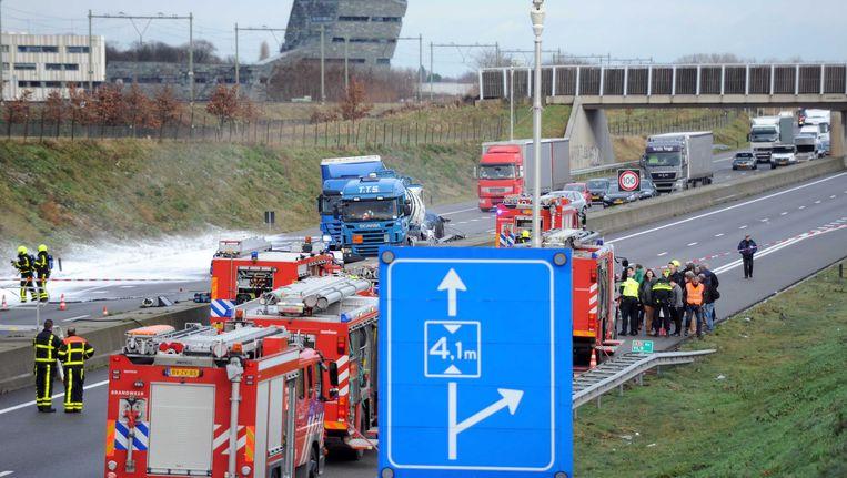Een aanrijding met een tankwagen met zoutzuur heeft in Limburg tot files en tientallen gezondheidsklachten geleid. Beeld ANP