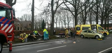 Drie gewonden, auto in de sloot na frontale botsing bij Lunteren