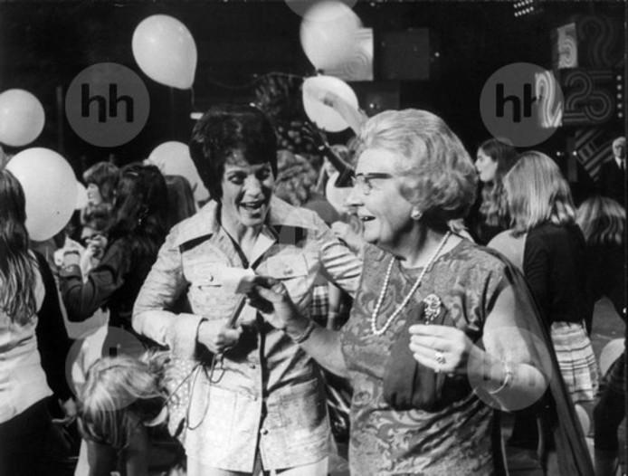 Mies Bouwman met koningin Juliana in 1973.