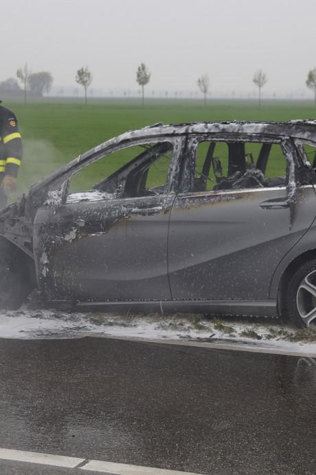 Auto vliegt spontaan in brand in Wijk en Aalburg
