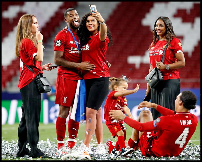 Na de gewonnen Champions League-finale wordt Virgil van Dijk door zijn dochtertje bekogeld met confetti. Ploeggenoot Georginio Wijnaldum bij Liverpool maakt tijd om selfies te maken met zijn familie.