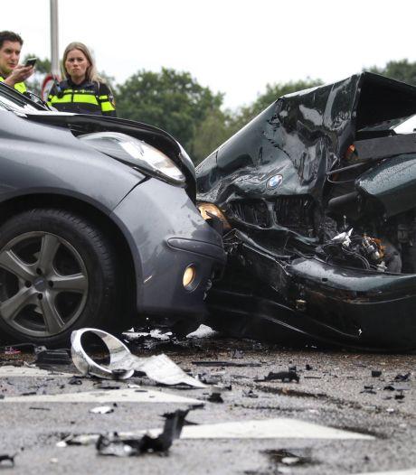 Flinke schade na botsing in Oss, één vrouw gewond
