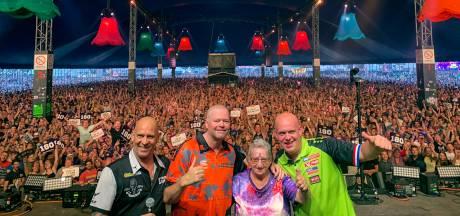 'Barney' en Van Gerwen darten op de Zwarte Cross: 'Houd die helm op!'