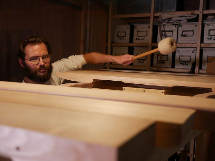 Componist en instrumentenbouwer Aart Strootman met zijn basmarimba in aanbouw.