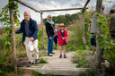 Diverse mensen namen een kijkje bij de opening van het voedselbos in Elst.