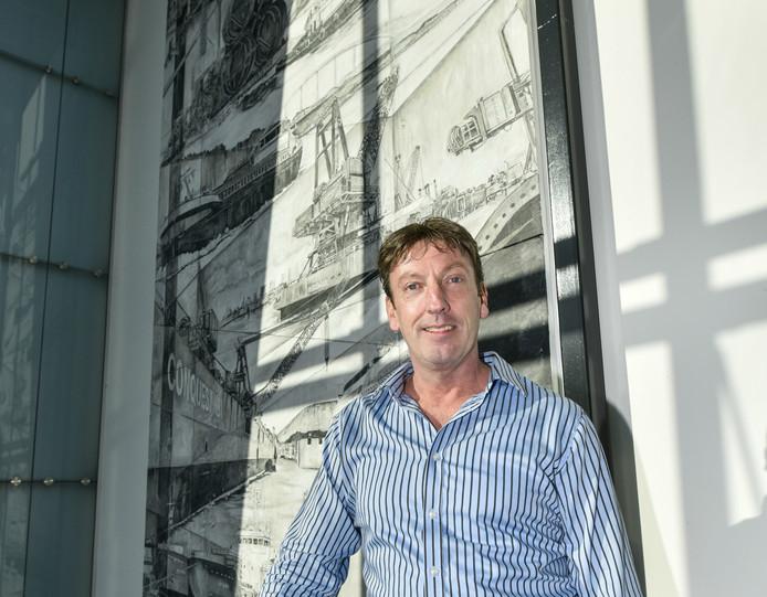 Martin Copier voor het kunstwerk dat hij maakte voor de bedrijfshal van de Concordia Group.