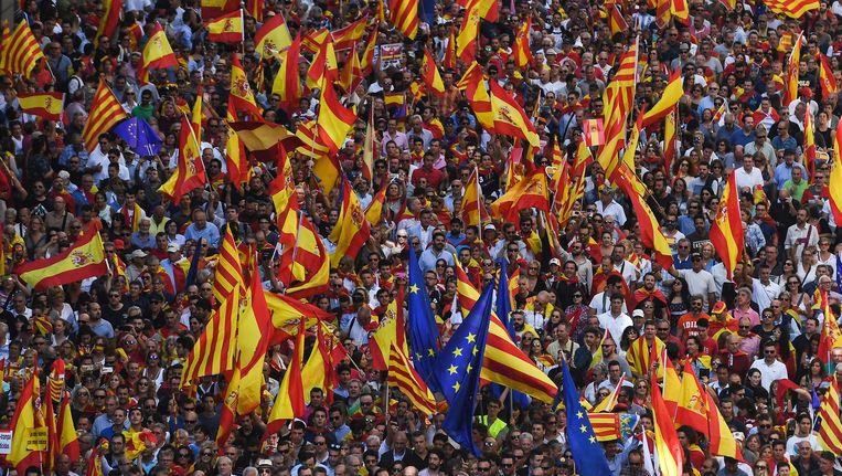 Catalanen die tegen de onafhankelijkheid van Spanje zijn, verzamelen zich in Barcelona.